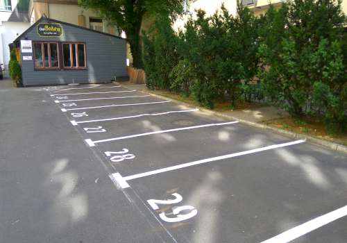 numerowane linie parkingowe